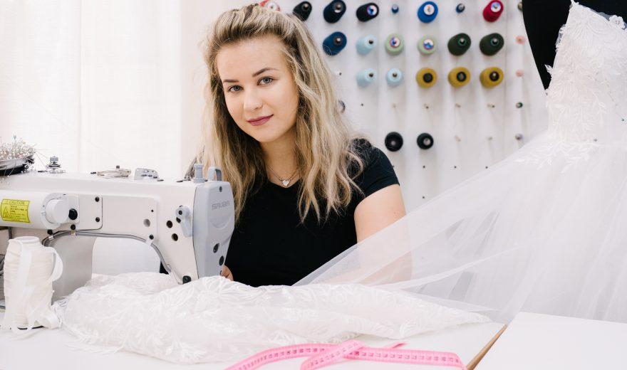 Kristina ima 21 godinu, četiri godine radnog staža i stotine svečanih haljina koje je sama sašila