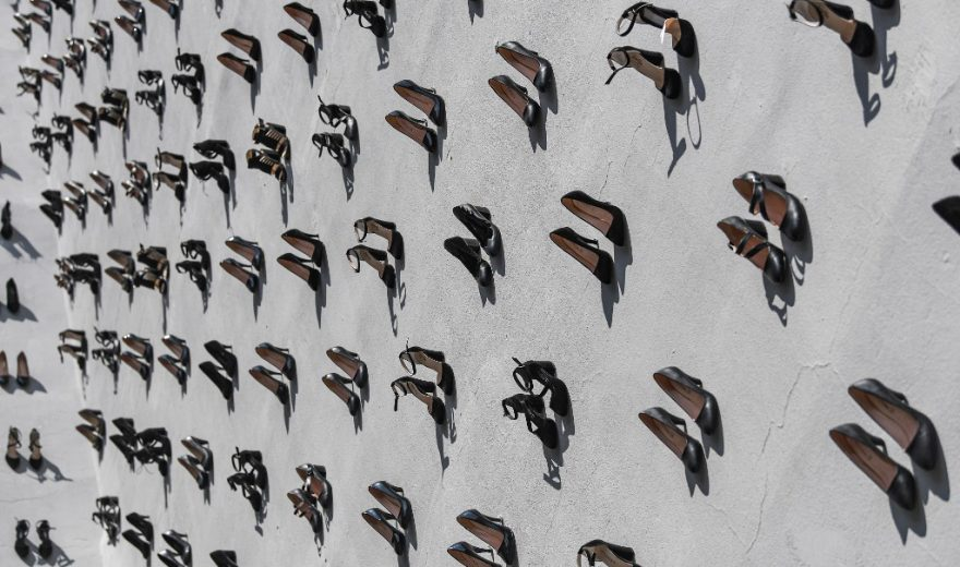 Slikovni rezultat za turska cipele postavljene na zidu